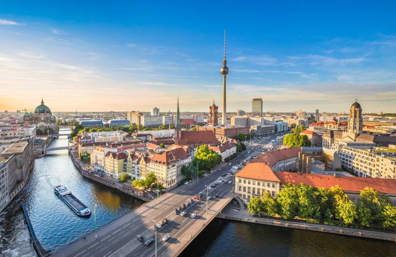 Travel news – live: Germany, Italy and Poland should be added to green list, says analyst